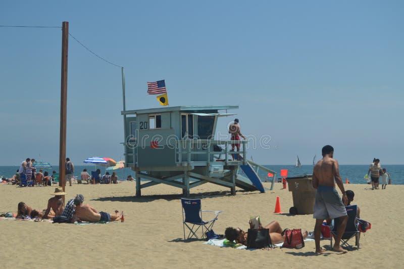 Plage blanche magnifique de sable dans des courriers de Santa Monica With Its Pretty Lifeguard 4 juillet 2017 Vacances d'architec photos stock