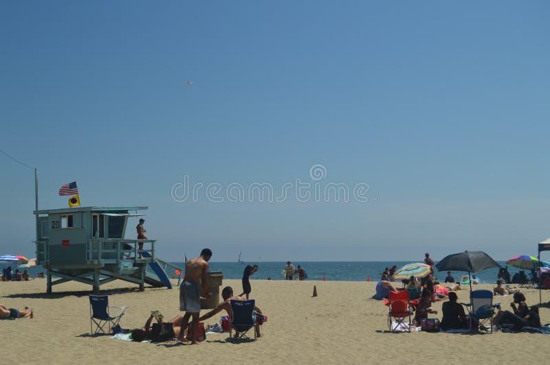 Plage blanche magnifique de sable dans des courriers de Santa Monica With Its Pretty Lifeguard 4 juillet 2017 Vacances d'architec image libre de droits