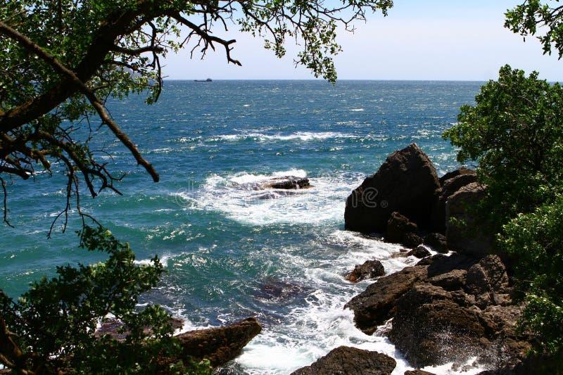 Plage bleue assez rocheuse de mer avec de grandes pierres un jour d'été, photo naturelle de paysage photos libres de droits