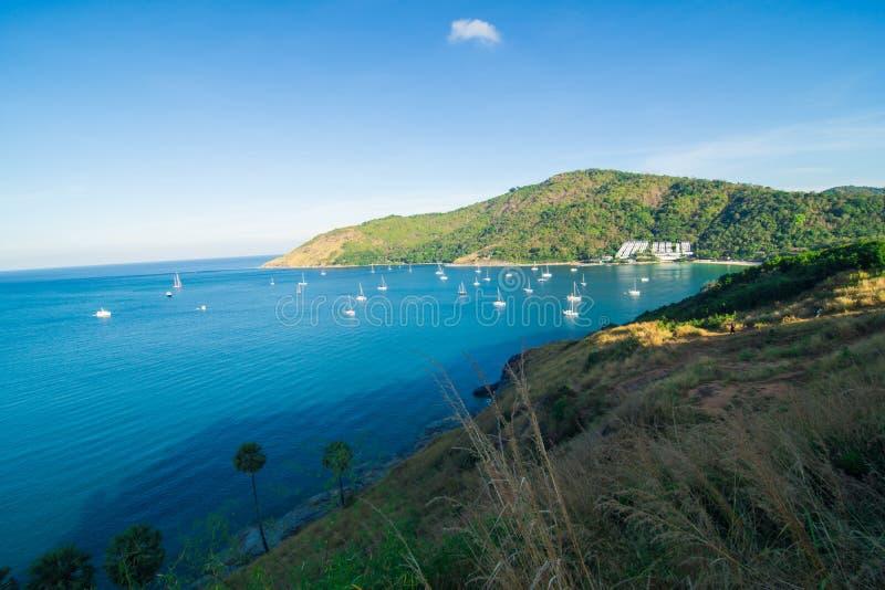 Plage bleue de roche de mer avec le bateau d'île et de yacht photo stock