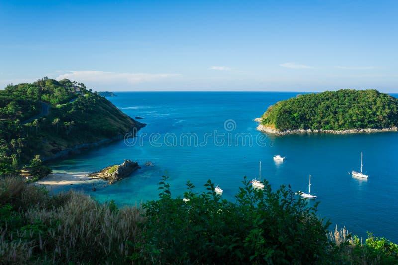 Plage bleue de roche de mer avec le bateau d'île et de yacht photos stock