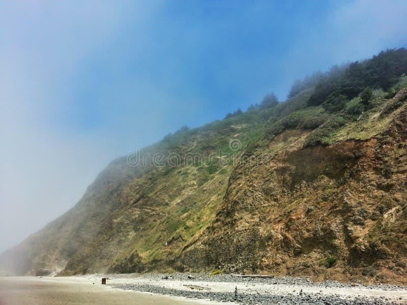 Plage brumeuse Hillside photo libre de droits