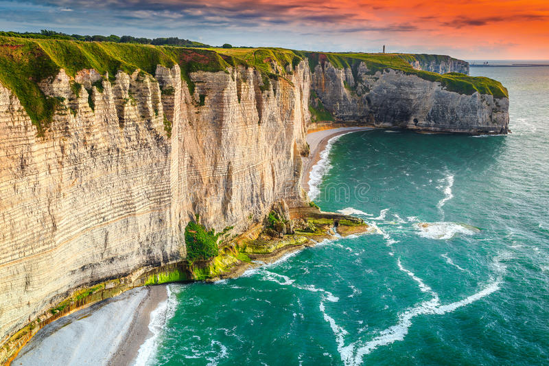 Plage célèbre et littoral rocheux dans la région de la Normandie, Etretat, France photographie stock libre de droits
