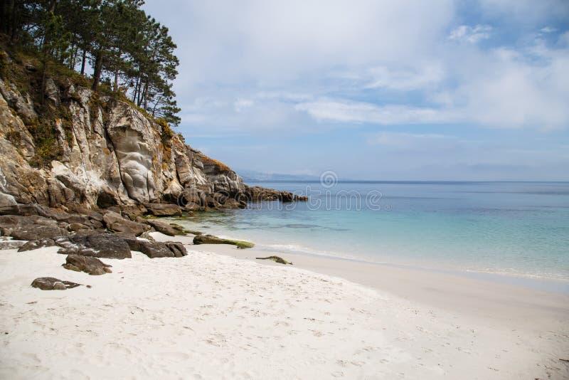 Plage cachée de sable, îles atlantiques parc national, Espagne images stock