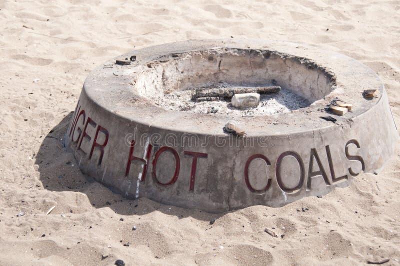 Plage chaude de charbons images libres de droits