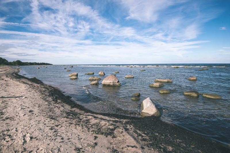 Plage confortable de la mer baltique avec les roches et le vegetat vert image libre de droits