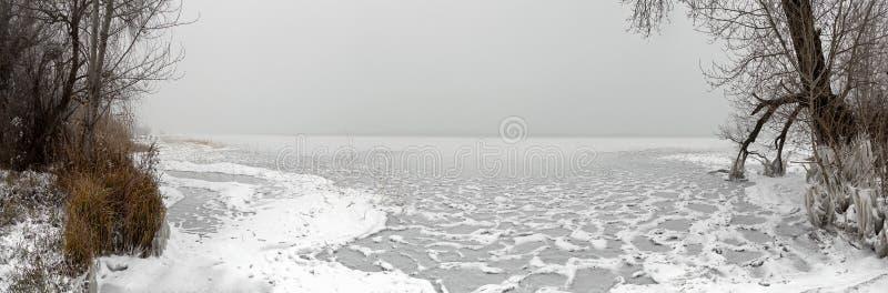 Plage congelée avec de la glace et la neige photos stock