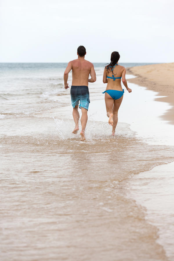 Plage courante de couples images stock