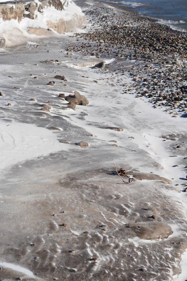 Plage couverte par glace le long du lac Ontario photo stock