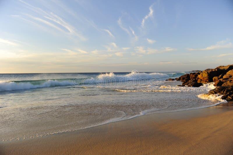 Plage crépusculaire d'océan photographie stock