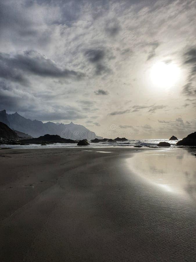 plage crépusculaire de benijo de Ténérife de ciel dramatique de plage de coucher du soleil image stock