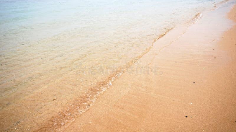 Plage d'été avec le sable d'or et le ciel bleu photographie stock libre de droits