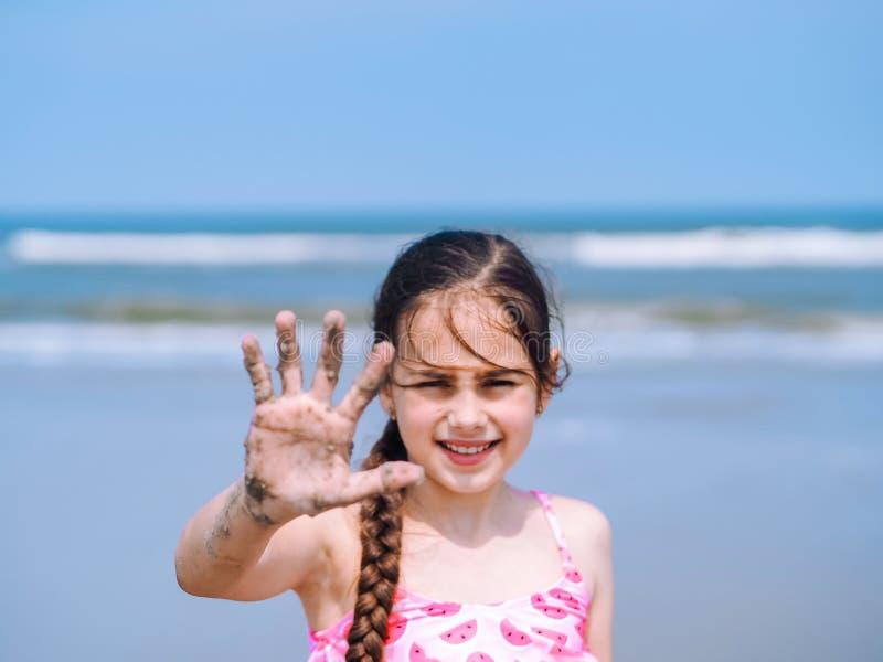 Plage d'été - petite fille profiter d'un agréable moment de plage de station de vacances Enfant jouant sur la plage sablonneuse F photographie stock