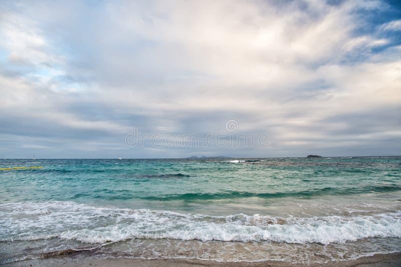 Plage d'île de rue Maarten Plage des Caraïbes Mer des Caraïbes Mer de l'eau bleue Belle plage des Caraïbes L'eau bleue W d'île de image libre de droits