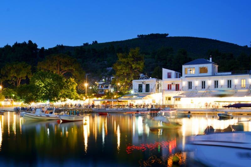 Plage d'Agnontas et baie la nuit, Grèce photos stock
