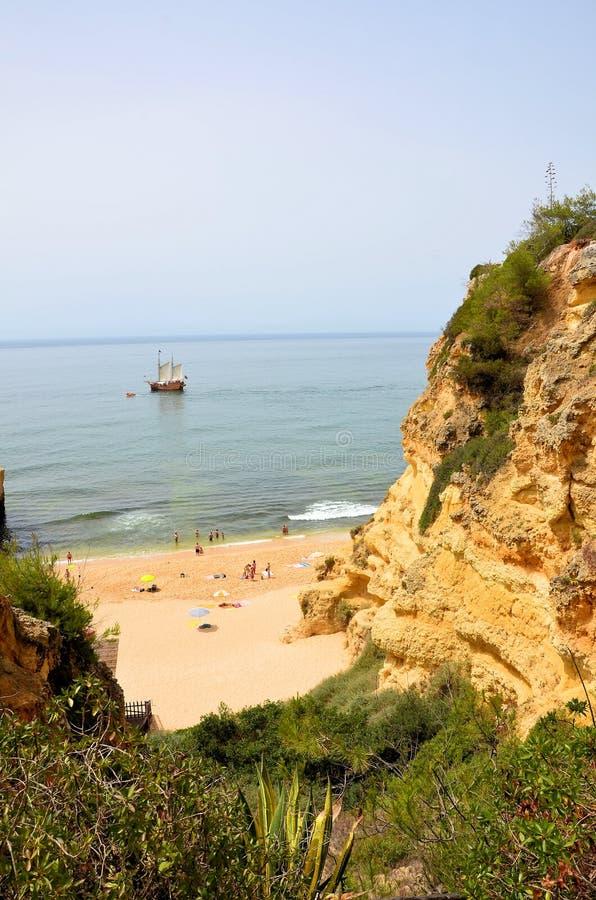 Plage d'Algarve et un caravel portugais photo stock