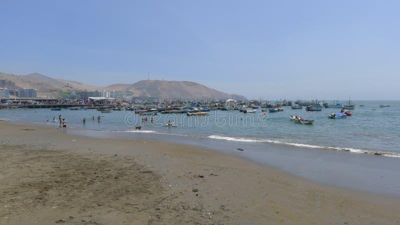 Plage d'Ancon avec les bateaux de pêche rustiques image stock