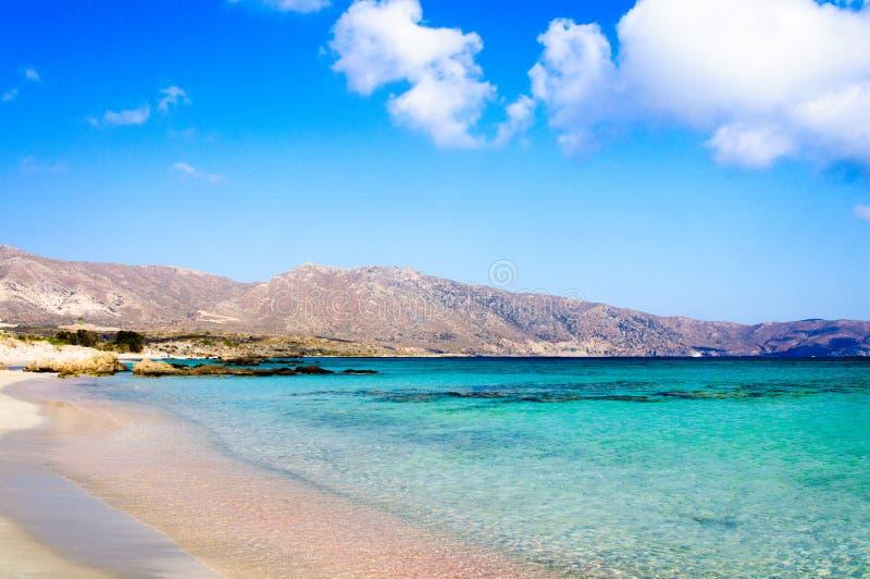 Plage d'Elafonissi, avec de l'eau blanc rosâtre sable et turquoise, île de Crète, Grèce image libre de droits