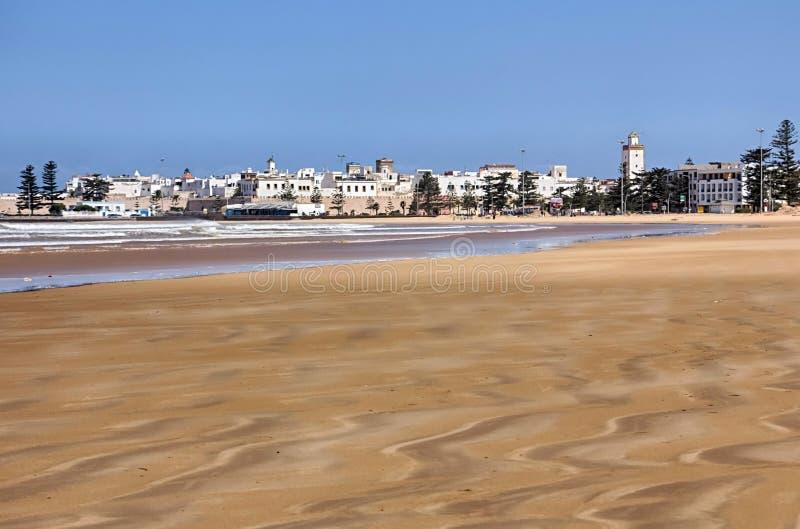 Plage d'Essaouira et la ville au Maroc image stock