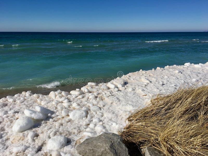 Plage d'hiver sur le lac Michigan dans l'empire, MI ; Au bord du lac national de dunes d'ours de sommeil images stock