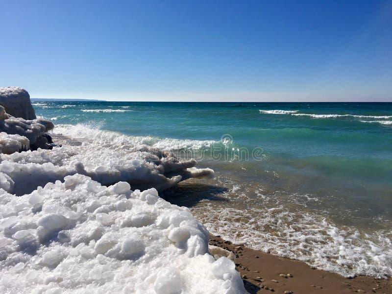 Plage d'hiver sur le lac Michigan dans l'empire, MI ; Au bord du lac national de dunes d'ours de sommeil image stock