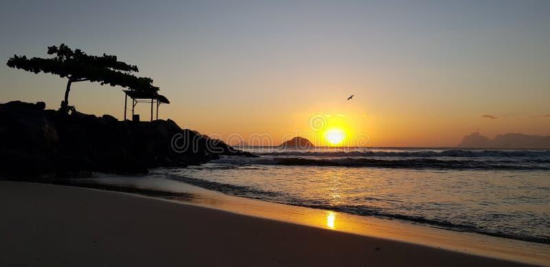 Plage d'Itaipu sur le coucher du soleil photo libre de droits