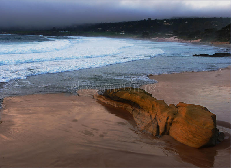 Plage d'océan avec des nuages de tempête photo stock