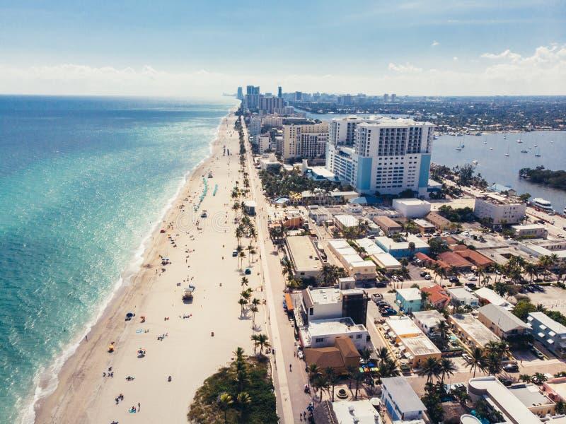 Plage d'océan avec la vue de littoral de personnes à partir du dessus près de Miami, la Floride photos libres de droits