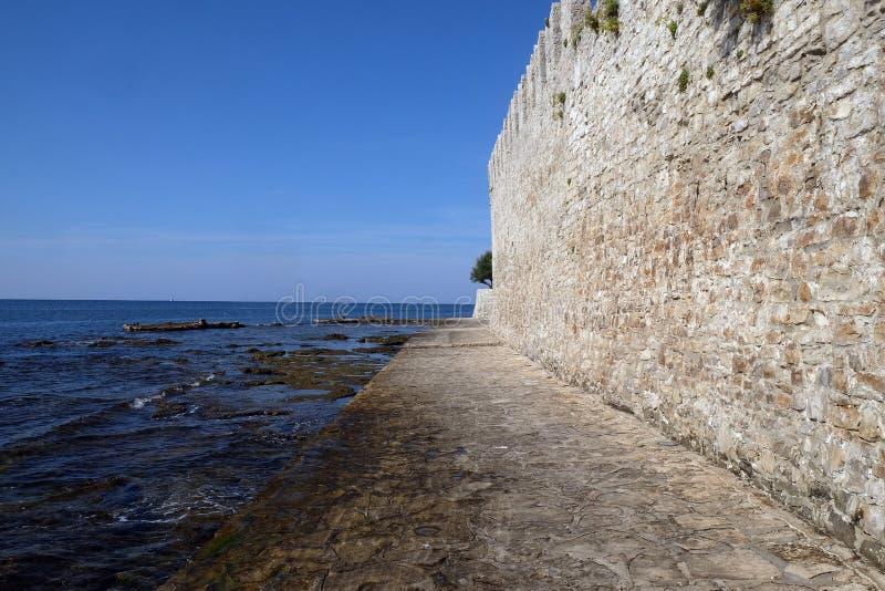 Plage dans la petite ville idyllique Novigrad situé sur la côte ouest de la péninsule d'Istria, Croatie photographie stock libre de droits