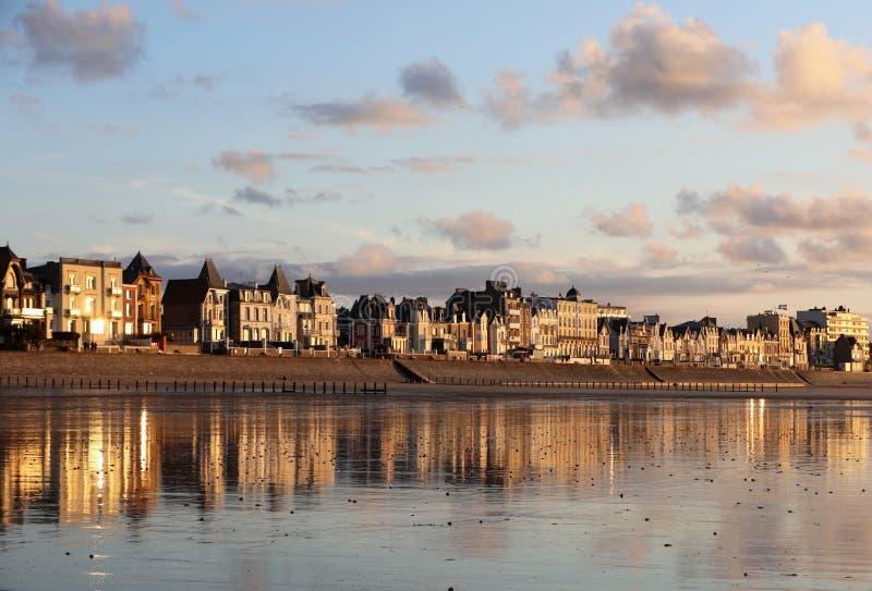 Plage dans le soleil ?galisant et b?timents le long de la promenade de bord de mer dans Saint Malo Brittany, France photo stock