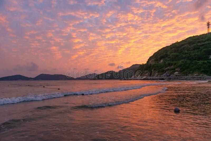 Plage dans le temps de coucher du soleil photos libres de droits
