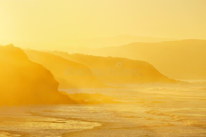 Plage dans Sopela au coucher du soleil flou photo stock