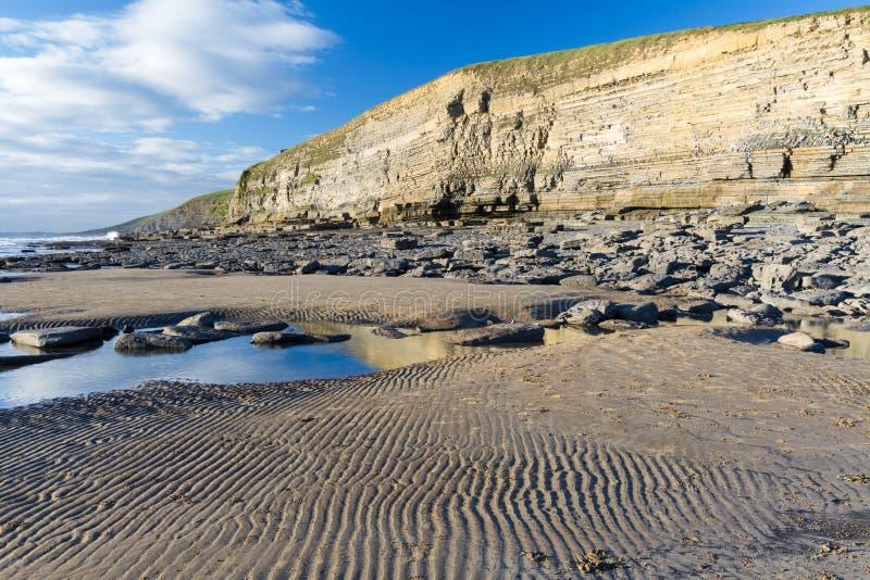 Plage de baie, ou de Southerndown de Dunraven, avec des falaises de chaux images stock