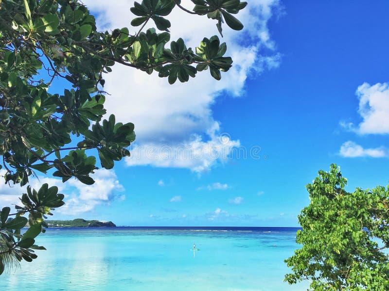 Plage de baie de Tumon en Guam images libres de droits