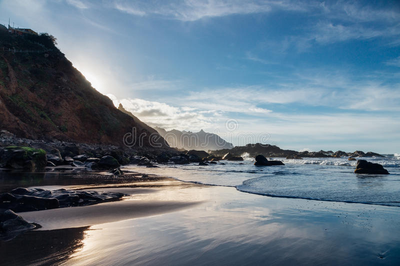 Plage de Benijo contre la lumière du soleil, île de Ténérife photographie stock