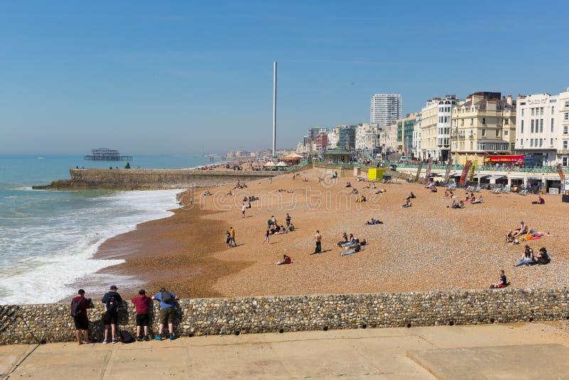 Plage de Brighton le Sussex est avec le beaux temps et personnes photographie stock