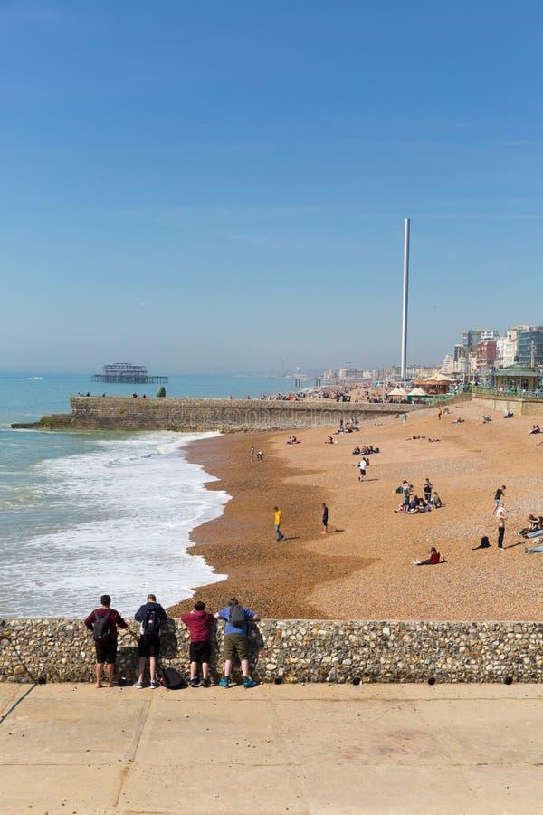 Plage de Brighton le Sussex est avec le beaux temps et personnes photographie stock libre de droits