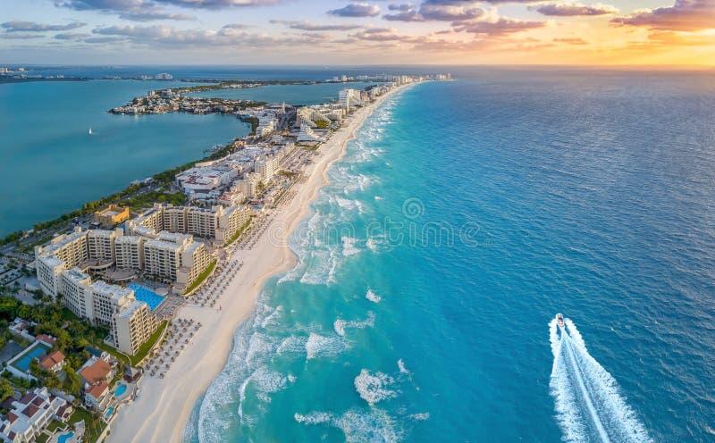 Plage de Cancun au cours de la journée photographie stock libre de droits