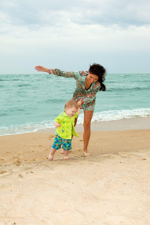 plage de chéri sa marche de mère photographie stock