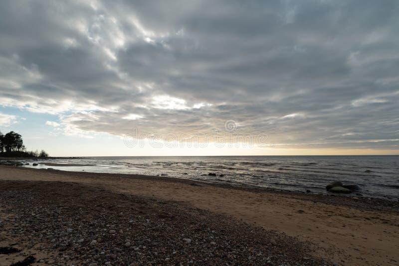 Plage de chaux à la mer baltique avec le beau modèle de sable et la couleur rouge et orange vive - écritures de touristes sur photographie stock