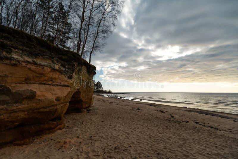 Plage de chaux à la mer baltique avec le beau modèle de sable et la couleur rouge et orange vive - écritures de touristes sur photo stock