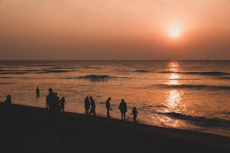 Plage de Cochin de fort au crépuscule - la lumière du soleil se reflétant en mer photographie stock libre de droits