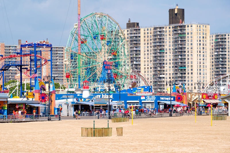Plage de Coney Island et le parc d'attractions de Luna Park à New York photos libres de droits