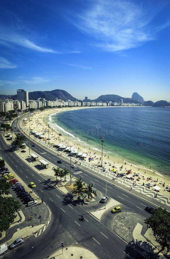 Plage de Copacabana et Sugar Loaf Mountain, Rio de Janeiro image stock