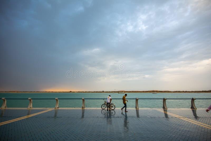 Plage de Corniche avant de pleuvoir, Abu Dhabi, EAU photographie stock