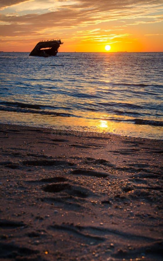 Plage de coucher du soleil de Cape May avec le naufrage photos stock