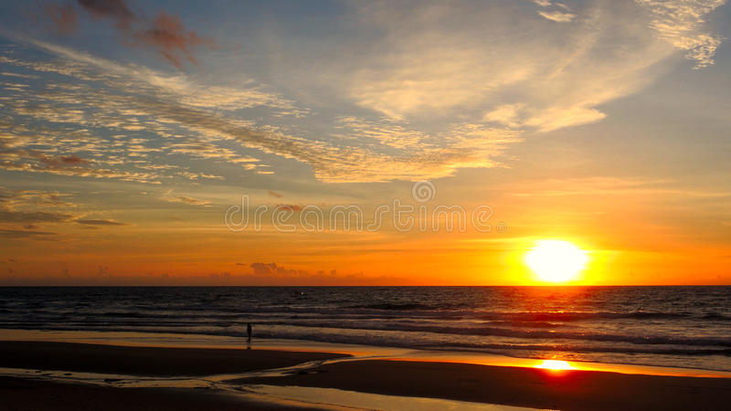 Plage de coucher du soleil de karon de la Thaïlande photographie stock