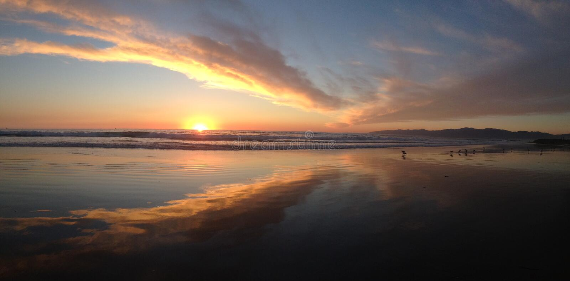 Plage de coucher du soleil de panorama images stock