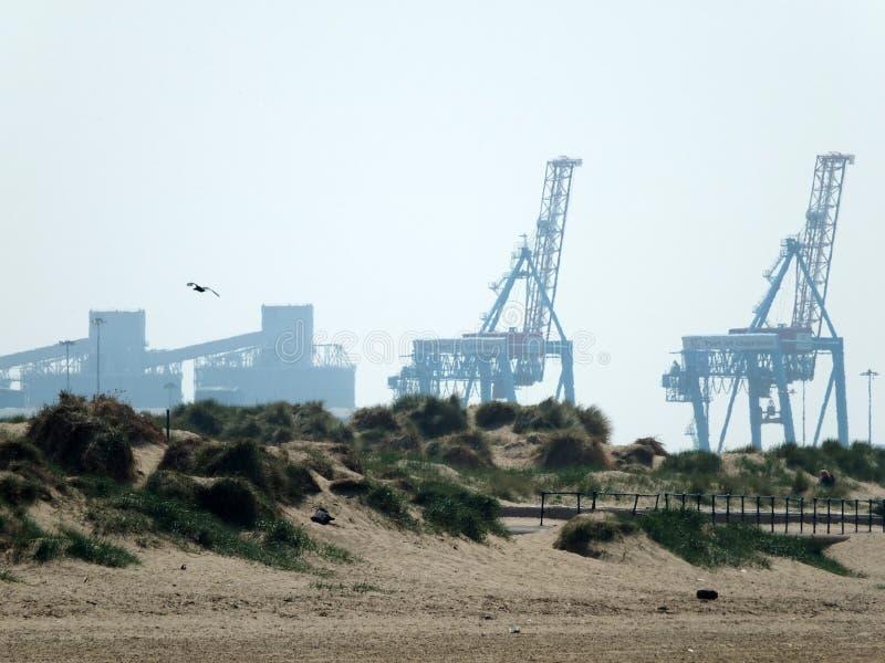 Plage de Crosby dans le mersyside avec des grues et des dunes de sable photographie stock libre de droits