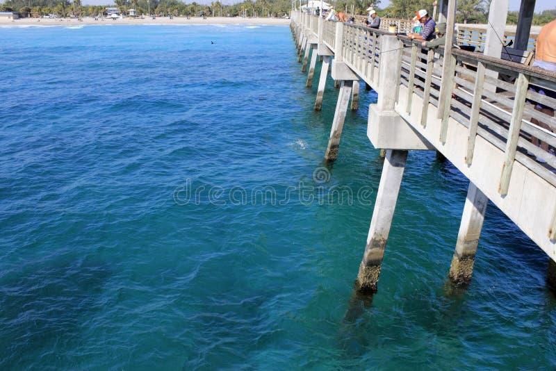 Les gens pêchant le pilier de plage de Dania photographie stock